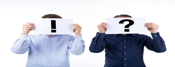 Zwei Männer mit Fragezeichen und Ausrufezeichen vor dem Gesicht