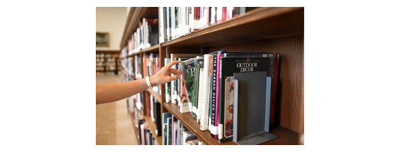 Leser holt Buch aus Regal