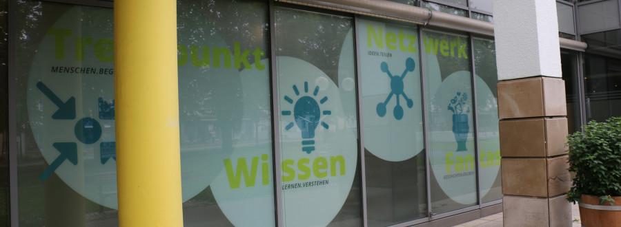 Es sind die bedruckten Glasflächen an die Stadtbücherei zu sehen. © Stadtverwaltung Kirchheim unter Teck (Dennis Koep)